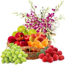 Delectable Fresh Fruits Basket with Haldiram Rasgulla and Rose Bouquet
